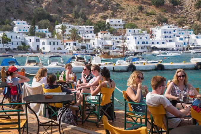 الشؤون الخارجية البريطانية تحذر من قضاء العطلة باليونان