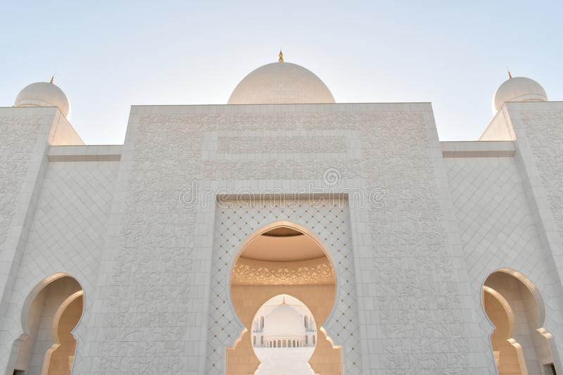 دليلك لسفر إقتصادي في الإمارات مسجد الشيخ زايد الكبير