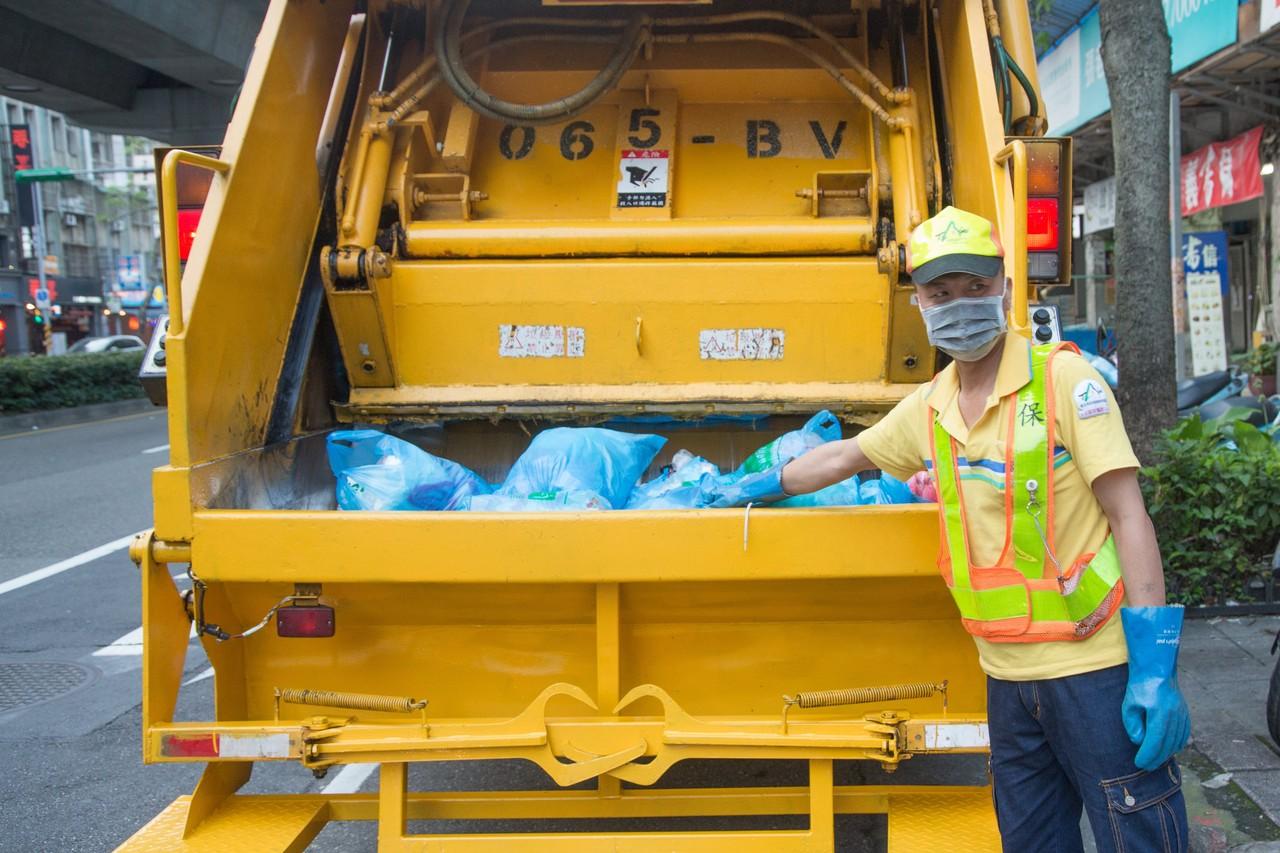 عقوبة إلقاء القمامة في شوارع سنغافورة
