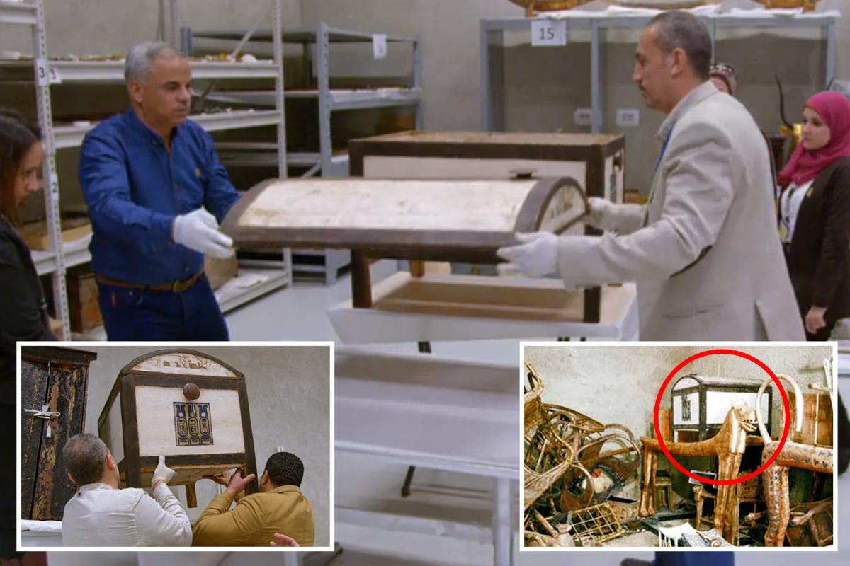 فتح صندوق من مقبرة توت عنخ آمون