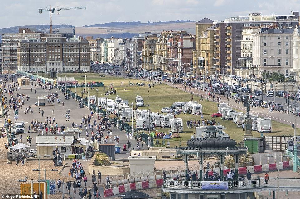 50 قافلة تحتل متنزه هوف الساحلي في بريطانيا والشرطة تعجز عن إخلائهم