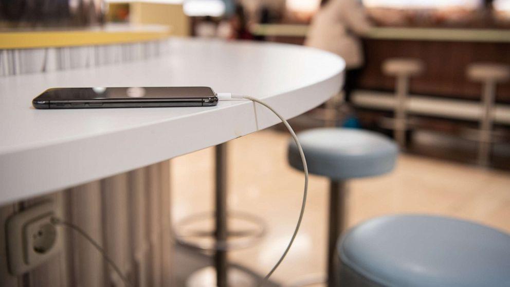 لوس أنجلوس تنبه المسافرين بعدم شحن الـ USB في محطات شحن عامة