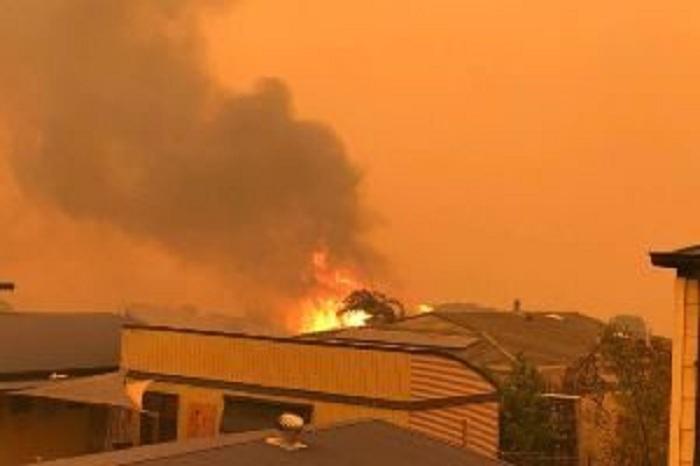 إجلاء 1000 سائح وساكن من بلدة مالاكوت التي دمرتها النيران