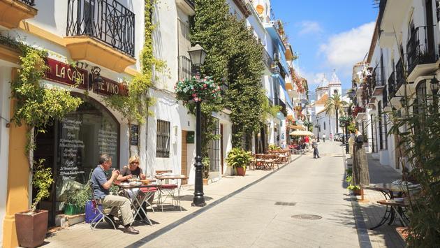 السفارة الأمريكية تصدر تحذيرًا أمنيًا للمسافرين الذين يزورون إسبانيا