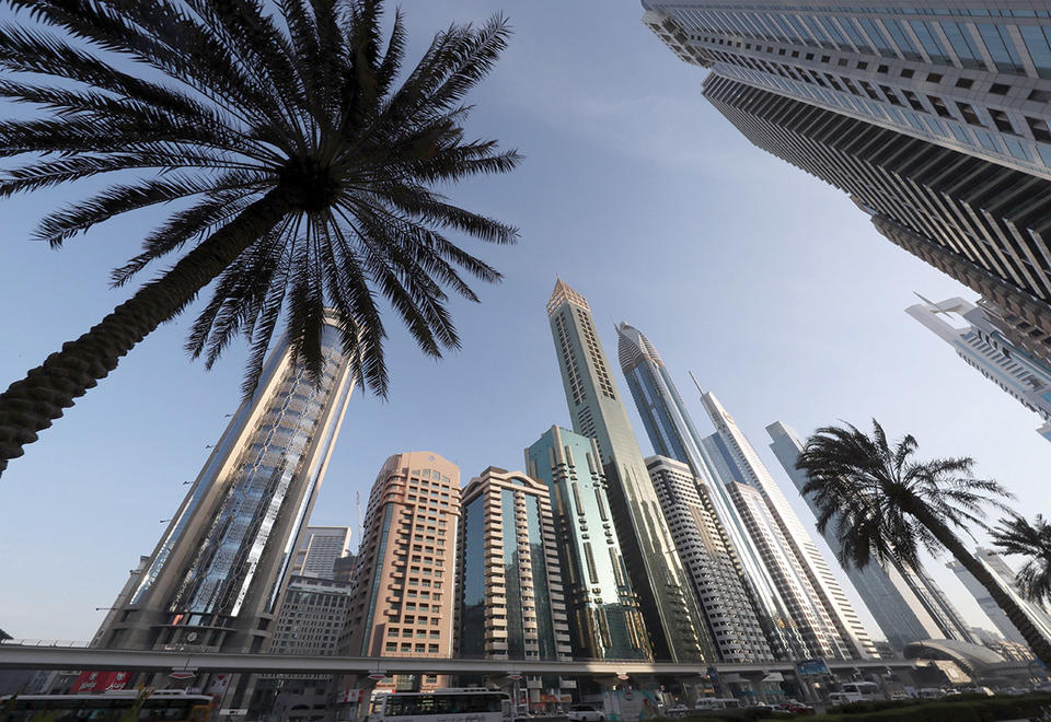 الإمارات تحث الناس على البقاء في منازلهم