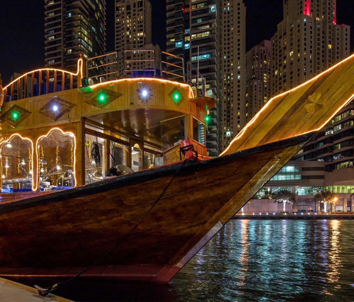 رحلة في مركب تقليدي في خور دبي مع عشاء و عروض ترفيهية